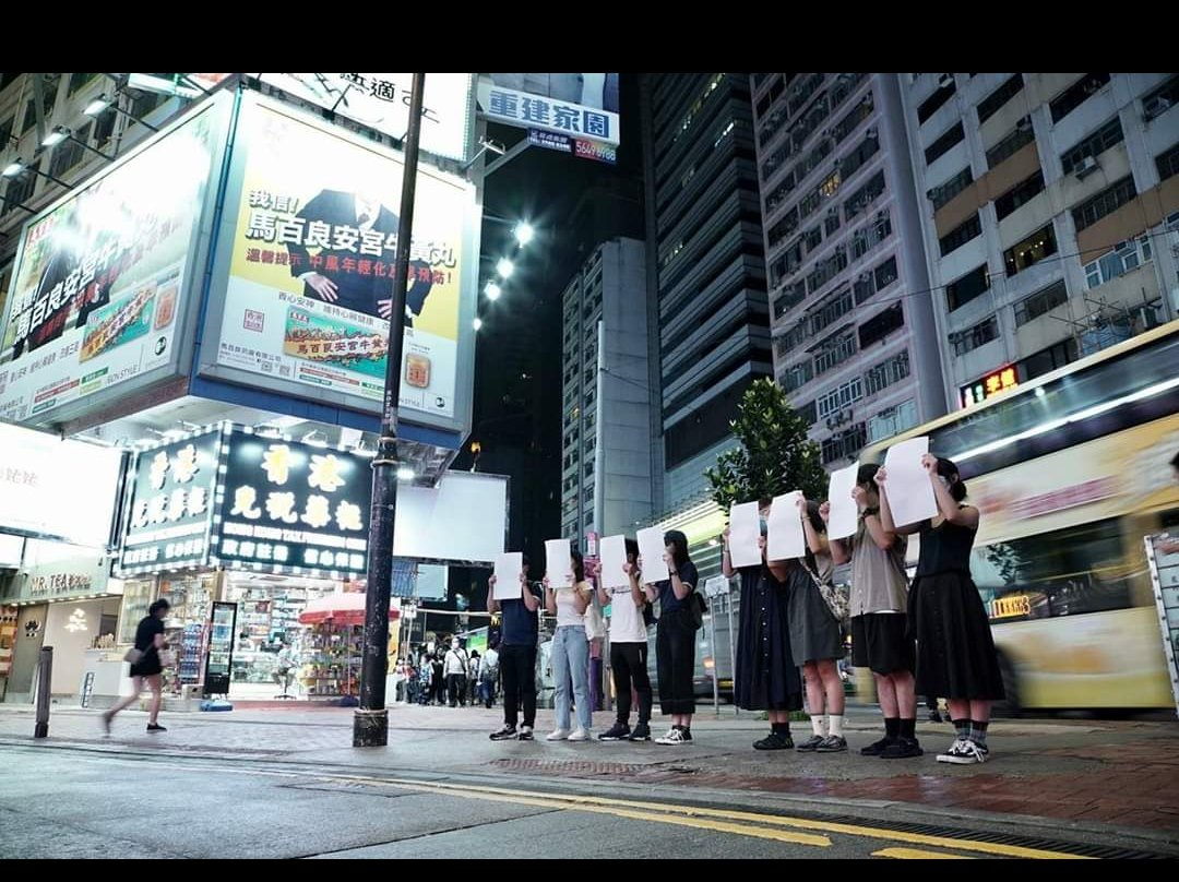 A group of Hongkongers stood silently in Causeway Bay holding up black sheets of paper--silently resisting the state's attempt to silence them.  Source: 午夜翻牆 on Facebook https://t.co/lApKAoYFiM