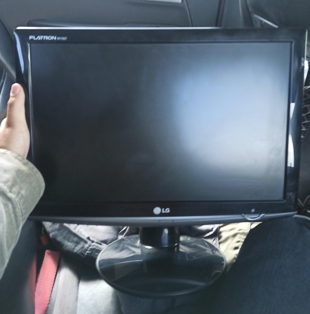 """Meu irmão fazendo negócios:  """"te dou 50 pila e 1 miojo por esse monitor""""   Comprado pic.twitter.com/AKoViaWoIc"""