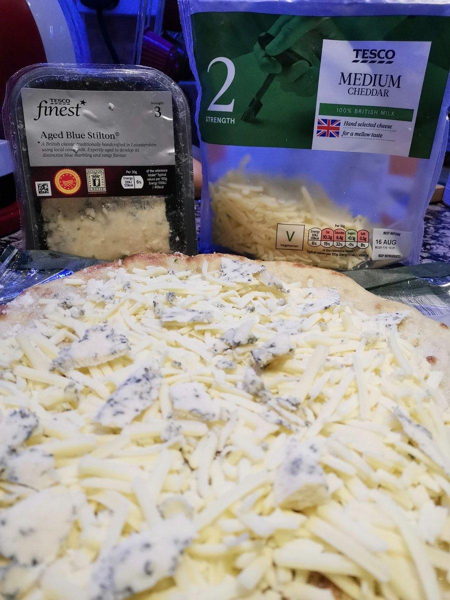 La pizza de hoy sale con Cheddar medium y blue Stilton, para un toque bien inglés! @MrFilangie https://t.co/9ylpB2gpm9