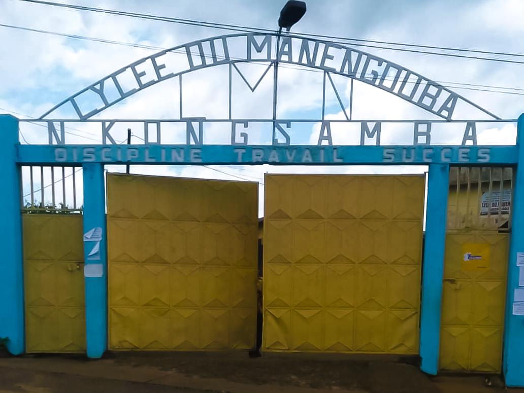 Y'ello les ami.e.s, Le mythique Lycée du Manengouba à Nkongsamba vous connaissez? Notre caravane #YelloHope n'aurait pas pu achever son tour des lycées sans y faire une escale. Le temps d'y équiper les enseignants contre la Covid-19.  #stopcovid19 #EnsembleOnGere #20yearsTogether https://t.co/O4QdE6RcCs