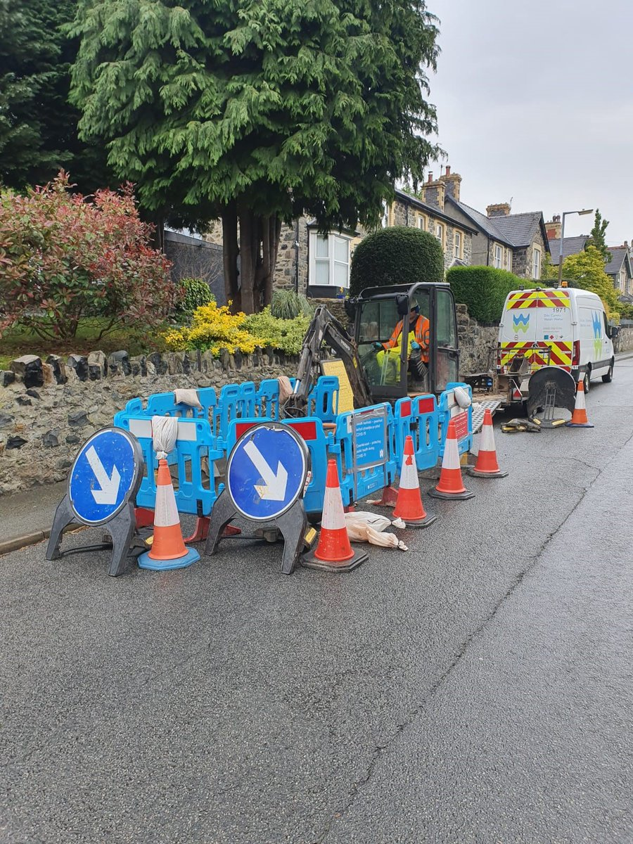 Our teams are working hard repairing leaks 💦on our network so that we don't waste water and keeping your water flowing. You can do your bit by lets us know straight away if you spot a leak. Call us on 0800 052 0130 and we'll send a team 👷🏼 👷🏾♀️ out urgently https://t.co/GbPy1R5GP2