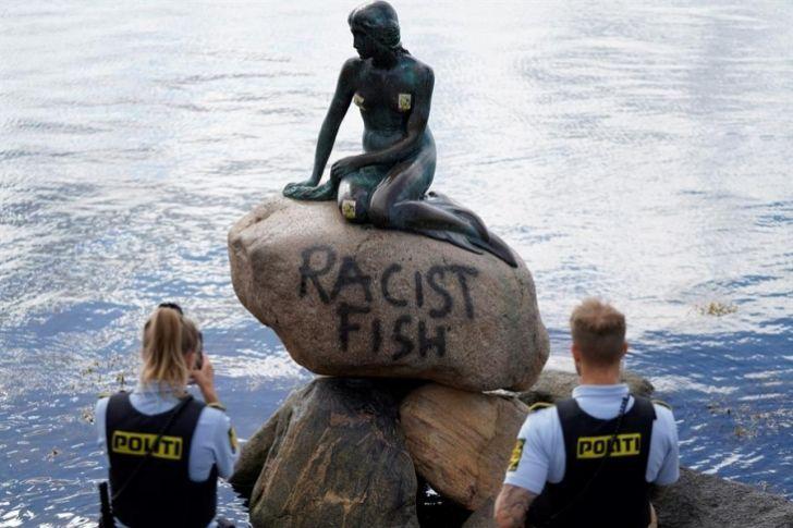 "La Sirenita de Copenhague aparece pintada con la leyenda ""pez racista"" https://buff.ly/2ZCgC5R #3Jul #Dinamarca pic.twitter.com/fip7JVmsdw"