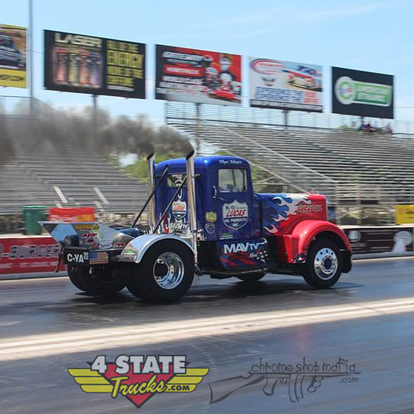 "#FanFavorite Talkington's 63' KW 921 ""Big Hurry"" has parallel (twin) turbochargers, 8V92 Detroit V8, 1K HP, supercharged & nitrous. Runs an 11s/115 mph .25 mile.  #4StateTrucks #ChromeShopMafia #chrome #chromeshop #customtrucks #semitrucks #trucking #bigrig #largecar #Kenworthpic.twitter.com/6ec6oSqKFi"