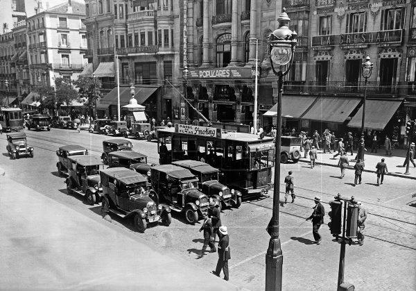 """Fotos antiguas de Madrid... 1930, tráfico de coches y tranvías en la calle Alcalá, junto al teatro """"Alkazar"""". #EFEfototeca https://t.co/0hBtnsu8TG"""