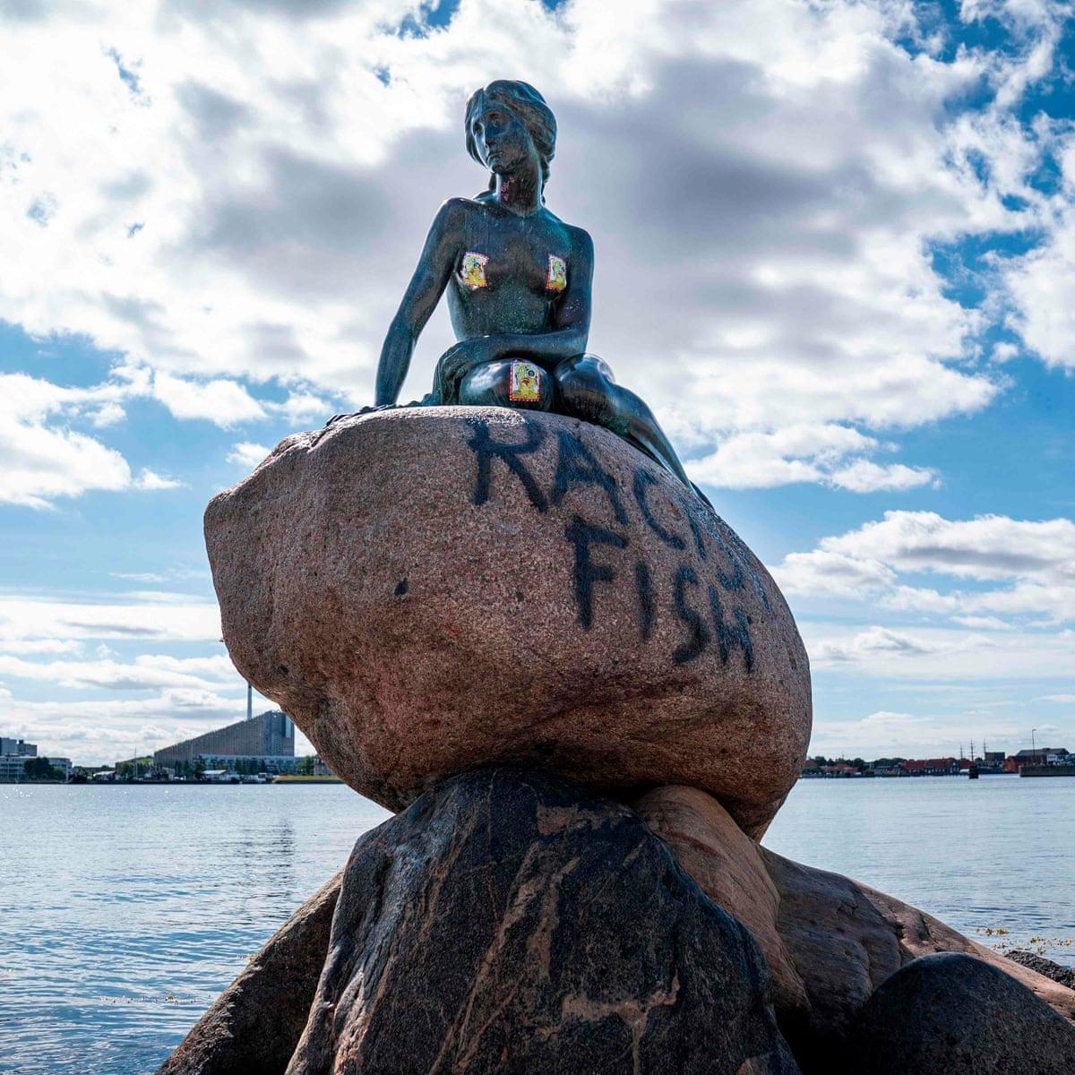 """#Dinamarca Estatua de La Sirenita de Copenhague, símbolo turístico de la capital danesa, fue vandalizada hoy por grupos antifascistas con una pintada con la leyenda """"racist fish"""" (""""pez racista""""), informaron las autoridades. Decenas de monumentos ya fueron dañados por anarquistas. pic.twitter.com/Ygw2XRNfH8"""