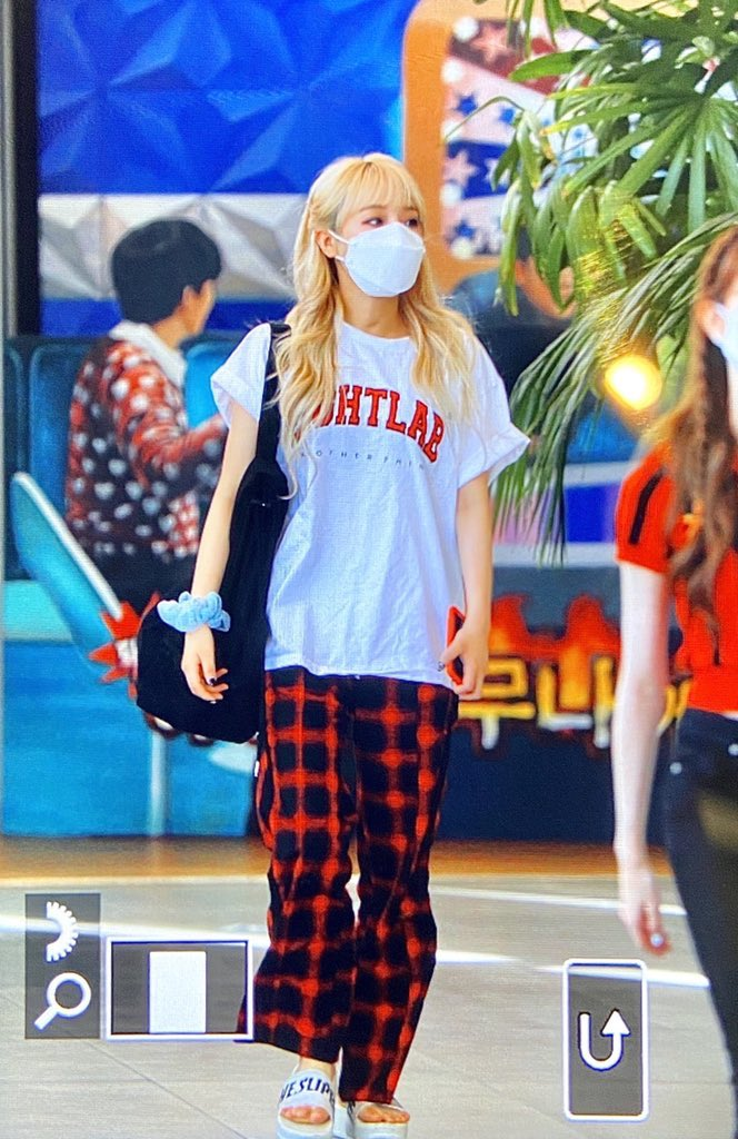 SHES WEARING THE DAHYUN PANTS pic.twitter.com/7ycY7ozbuM  by ren ♡