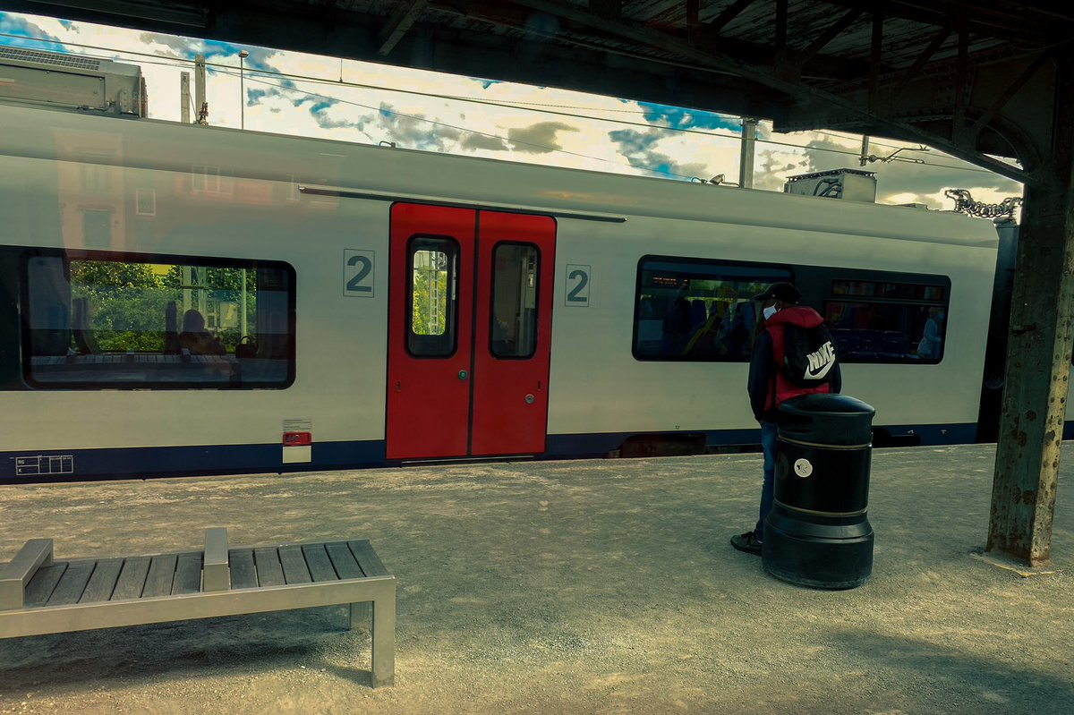 Waiting for the train #streetphotography #train #trainstation https://t.co/NsxhCYVoX6