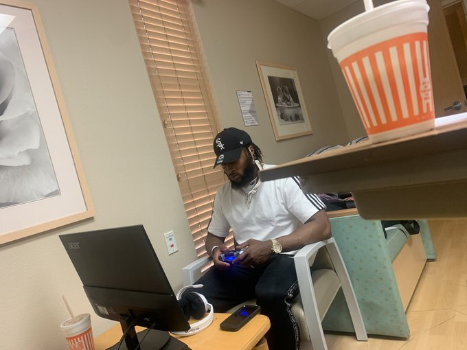 Packers RB Aaron Jones brought his PS4 to the hospital to pass time while his girlfriend was in labor 😂  @brgridiron @BRGaming   (via @CrystalMolina_) https://t.co/6uuTX1eZZn