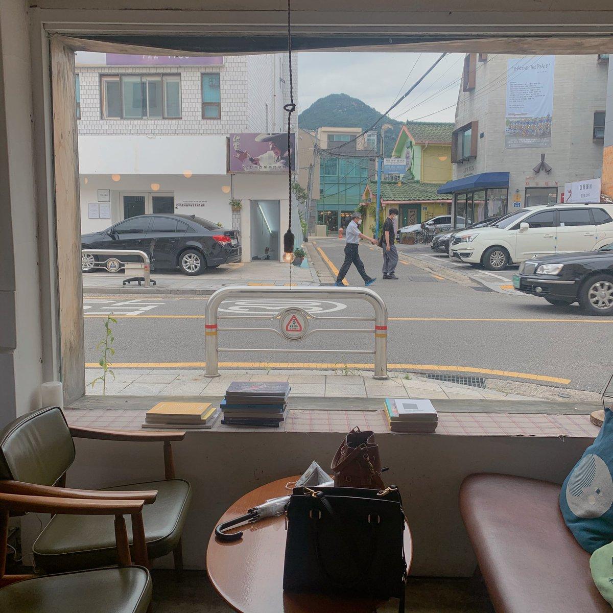 ร้านบรันช์เล็ก ๆ Slow Recipe เหมาะสำหรับชีวิตแบบสโลว์ไลฟ์ในโซล😌  คาเฟ่ร้านดังแถววังคยองบกที่มีหน้าต่างบานโตสำหรับมองวิวชิลล์ ๆ พร้อมจิบกาแฟไป☕️ แนะนำให้รีบไปเช้า ๆ จะได้จองที่นั่งวิวเด็ดของร้านแบบเราค่ะ。◕‿◕。  #เที่ยวเกาหลี #คาเฟ่เกาหลี #อร่อยบอกต่อ #รีวิวเกาหลี #รีวิวคาเฟ่ https://t.co/0Rk47z3k7w