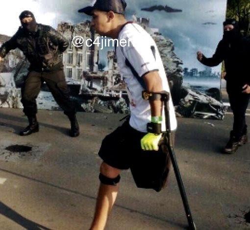 Policía haciendo lagartijas recibe el apoyo del gobierno y sus compañeros