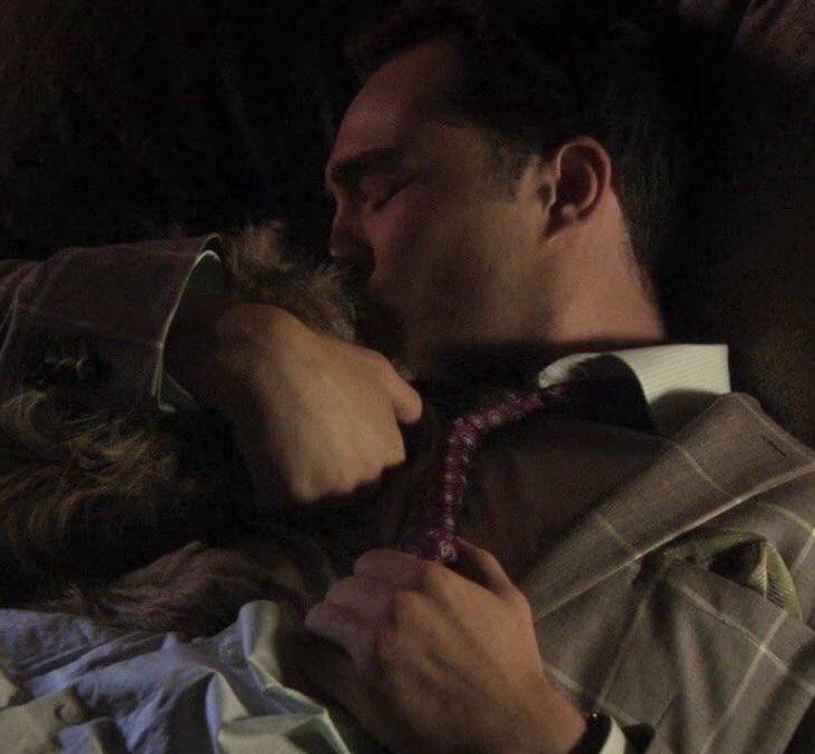 De las mejores escenas de Gossip girl: Chuck Bass llorando y besando a su perrito.