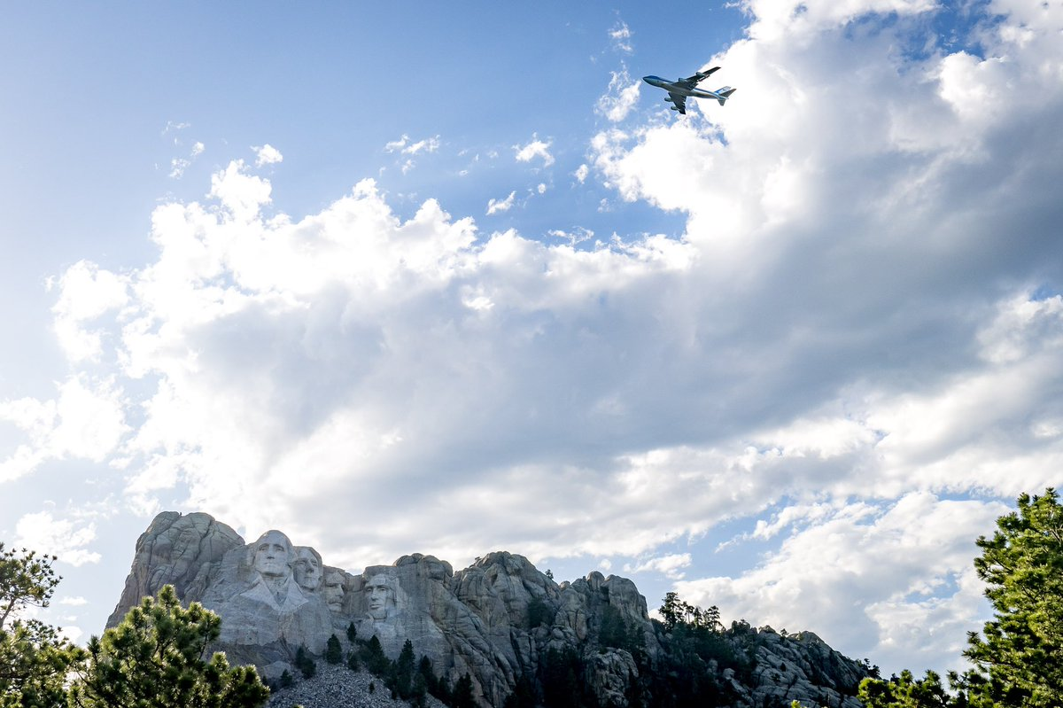 Air Force One flies over Mount Rushmore! ✈️🇺🇸