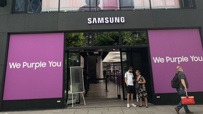 Samsung,South Korea's multinational conglomerate putting taehyung at center& his purple you quote as advertisement for their store. His impact&unique influence is spreading all around the world.His extraordinary originality has created an unmistakable shift in expression&ideas <br>http://pic.twitter.com/jHlUDvvzUs