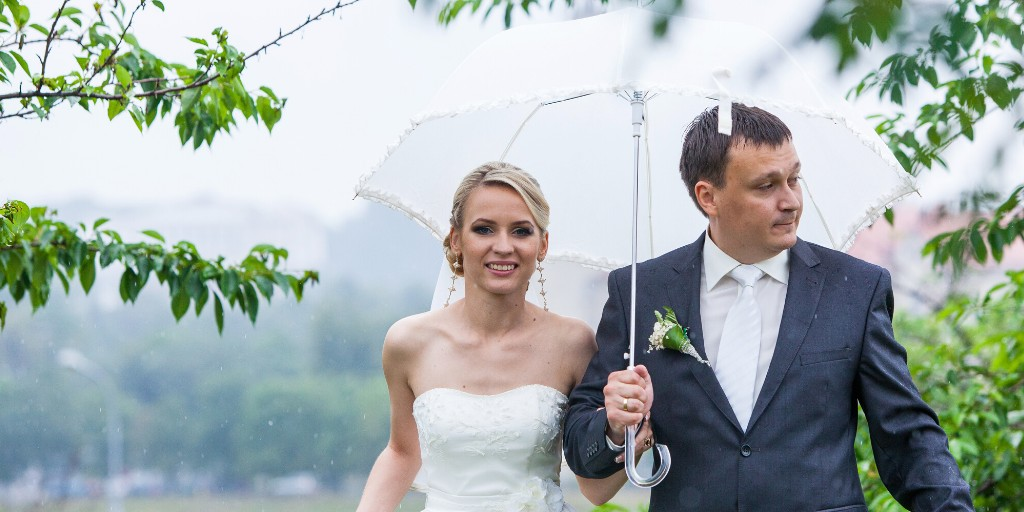 July Wedding Planning Tip #1:   Show guests they are special and that you are thinking of them. Keep them happy and comfortable no matter the weather.  For more tips, download our free guide at http://ow.ly/9njq50ApoFQ.    #weddingplanner  #adaydreamwedding #weddingplanner #idopic.twitter.com/xyU4RAft7U