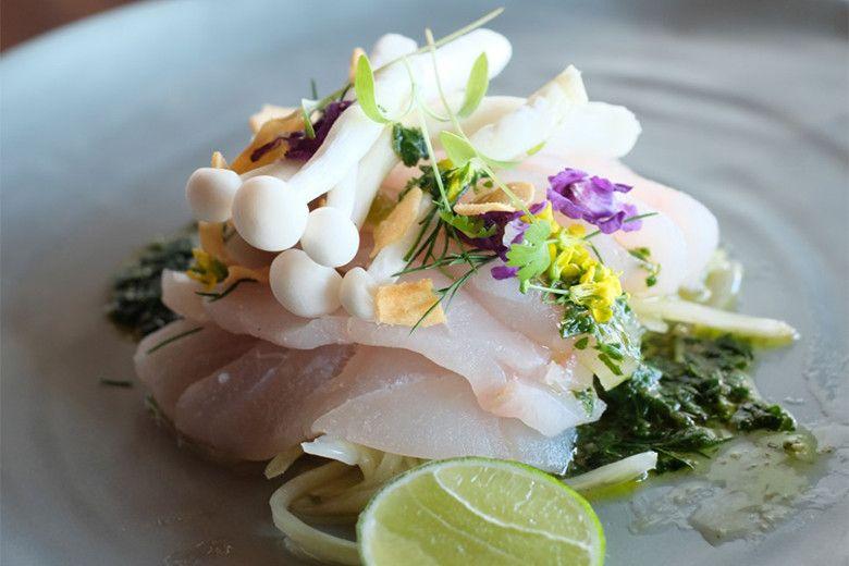 世界のさまざまな国のホテルのシェフが、家でも作れるホテルの味を伝授する連載「お家で作る世界のホテルのレシピ」。今回はバリ島の「シックスセンシズ ウルワツ バリ」から、白身魚を生でいただく夏にぴったりのレシピが到着! https://t.co/7bxLoY9fbB https://t.co/2DduHmNYLN