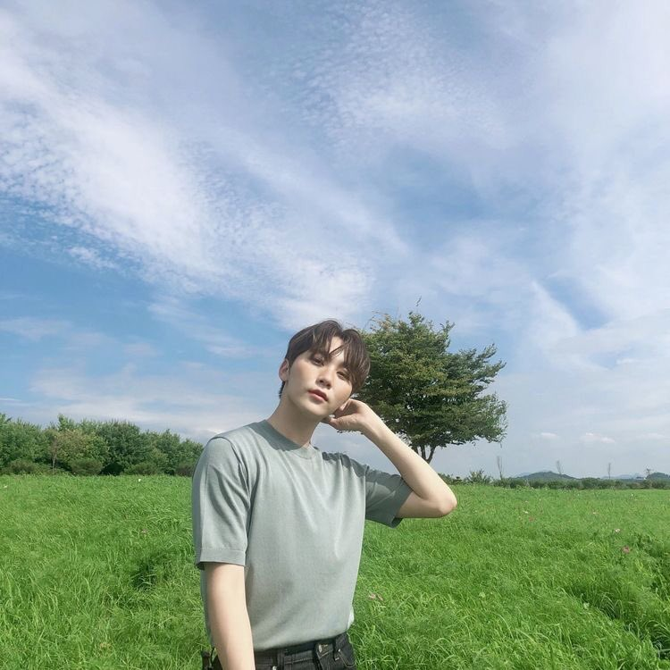 when seungkwan takes photos with nature and he always ends up being prettier than the view pic.twitter.com/880l4gGUV7  by 『 dani 』🚦⇆
