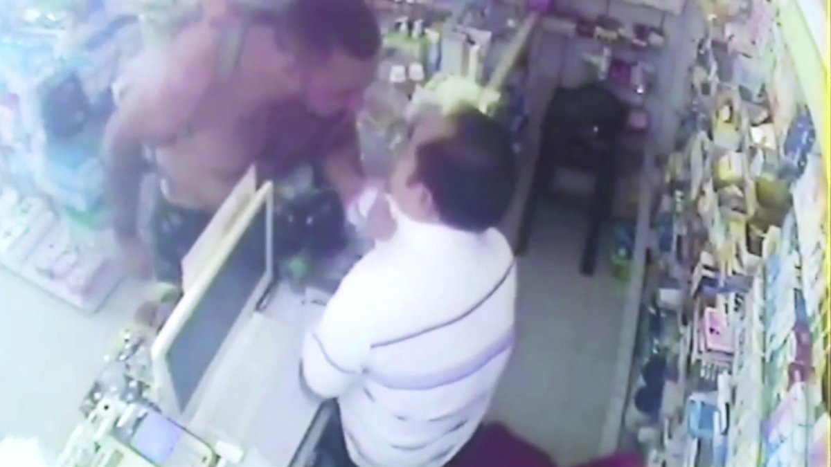 """Thai police hunt American who attacked pharmacist because """"medicine did not work"""" https://t.co/yZVJajuXl6"""