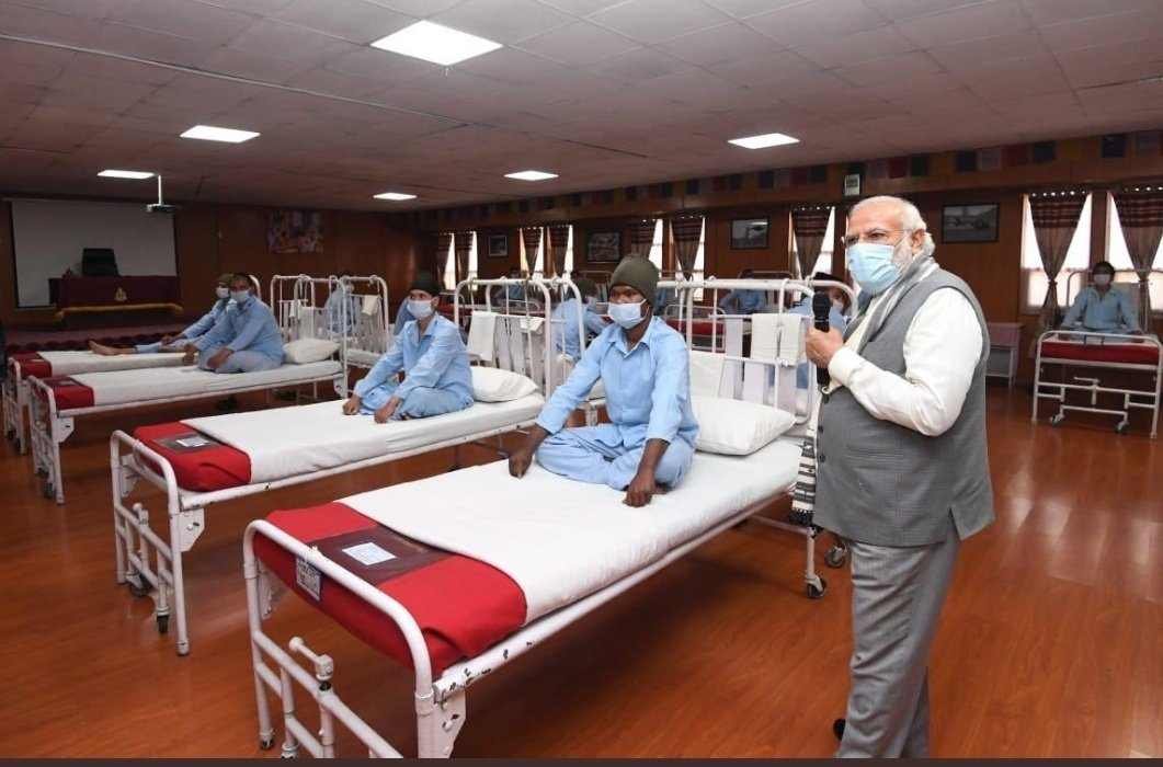 This photo op looks mighty suspicious.  -No medicine table -No doctor -No bandage -No sleeping patient  Modi visited a Conference Room or Ad House? Everything is new. Kal hi banaya tha kya hospital ??  Seems like another scene of #MunnaBhaiMBBS https://t.co/3LAfIg5xkr