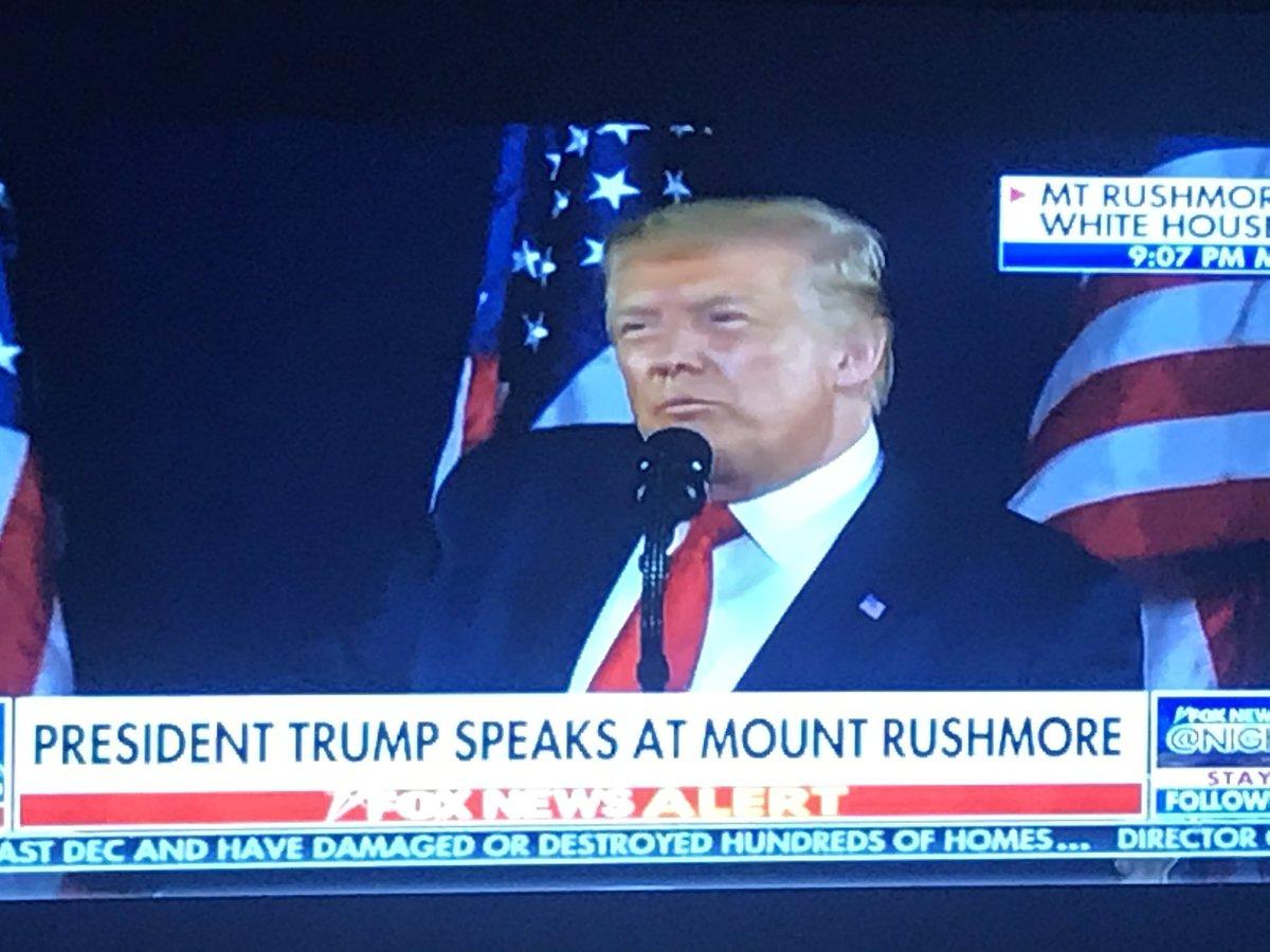 """Rede und Regie wie bei einer Wahlkampf-Kundgebung: #Trump warnt bei staatlicher Feier in Mount #Rushmore vor """"neuem linksradikalen Faschismus"""" und """"linker Kulturrevolution"""". Attackiert """"linke Demokraten"""". Ruf aus Publikum: """"Vier weitere Jahre."""" #july4 #July4th  @weltpic.twitter.com/1fve0mJzxz  by daniel.sturm"""