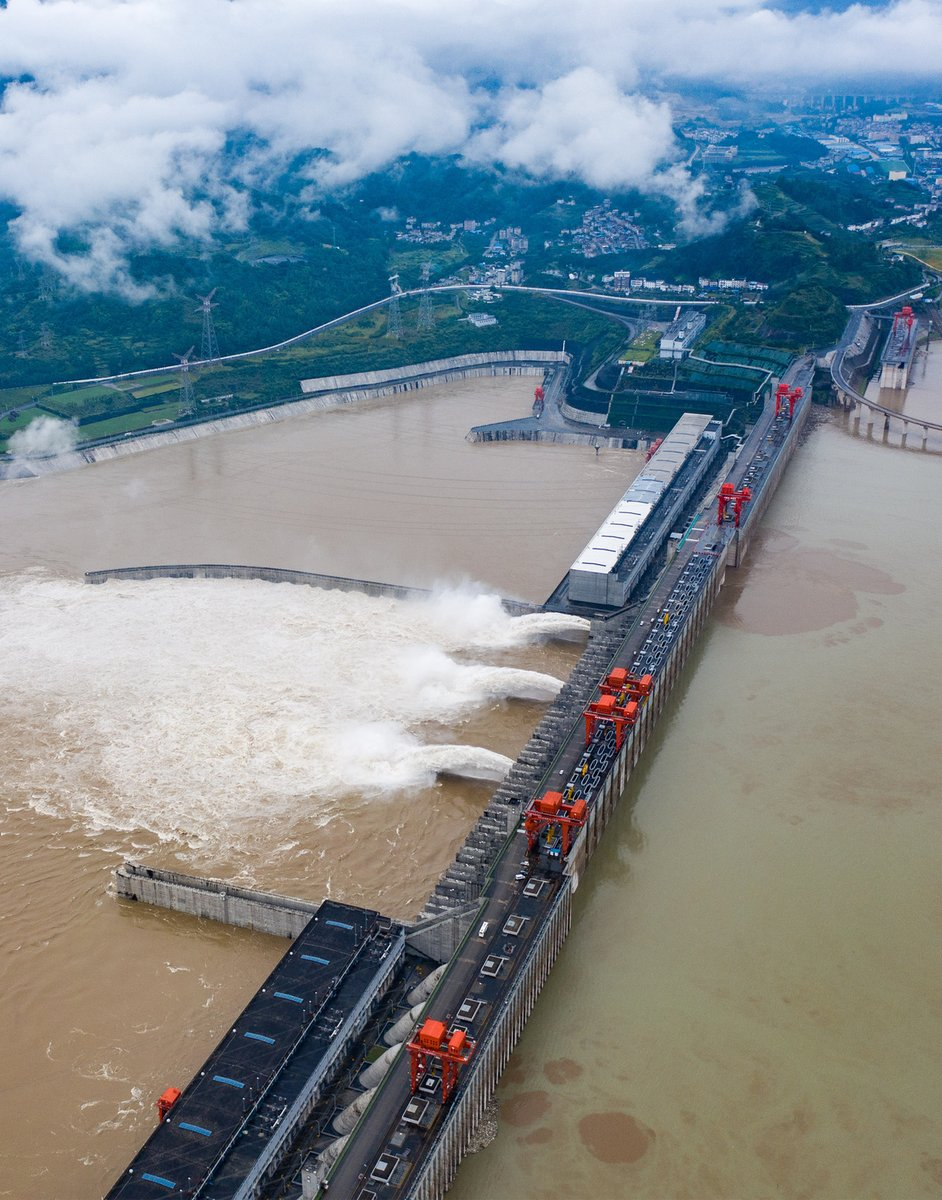 The Three Gorges Dam in Yichang, Hubei province discharges floodwaters on Thursday to prepare for the arrival of the Yangtze River's first flood this year.   Heavy rainfall will continue to hit southern China for the first half of July.  #HeavyRain #SouthChina #CDHK https://t.co/TQs6FjHjPU