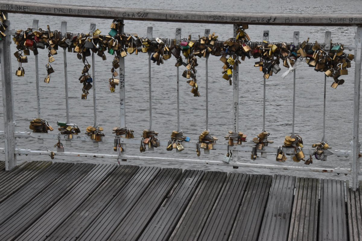 Love lock bridge in Paris!  #FlashbackFriday #Bridges #Paris https://twitter.com/kmf116/status/1279073916825284608 …pic.twitter.com/5TOzWGSS0i
