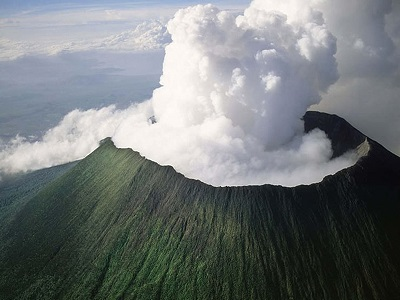 FACT: Mt. Nyiragongo in the Democratic Republic of Congo, is considered the most dangerous volcano in the world. Its lava is super fluid & can move faster at 100 km/hr.   It's responsible for 40% of Africa's historical volcanic eruptions, with its last eruption occurring in 2002. <br>http://pic.twitter.com/Qv2PiX8T5Z