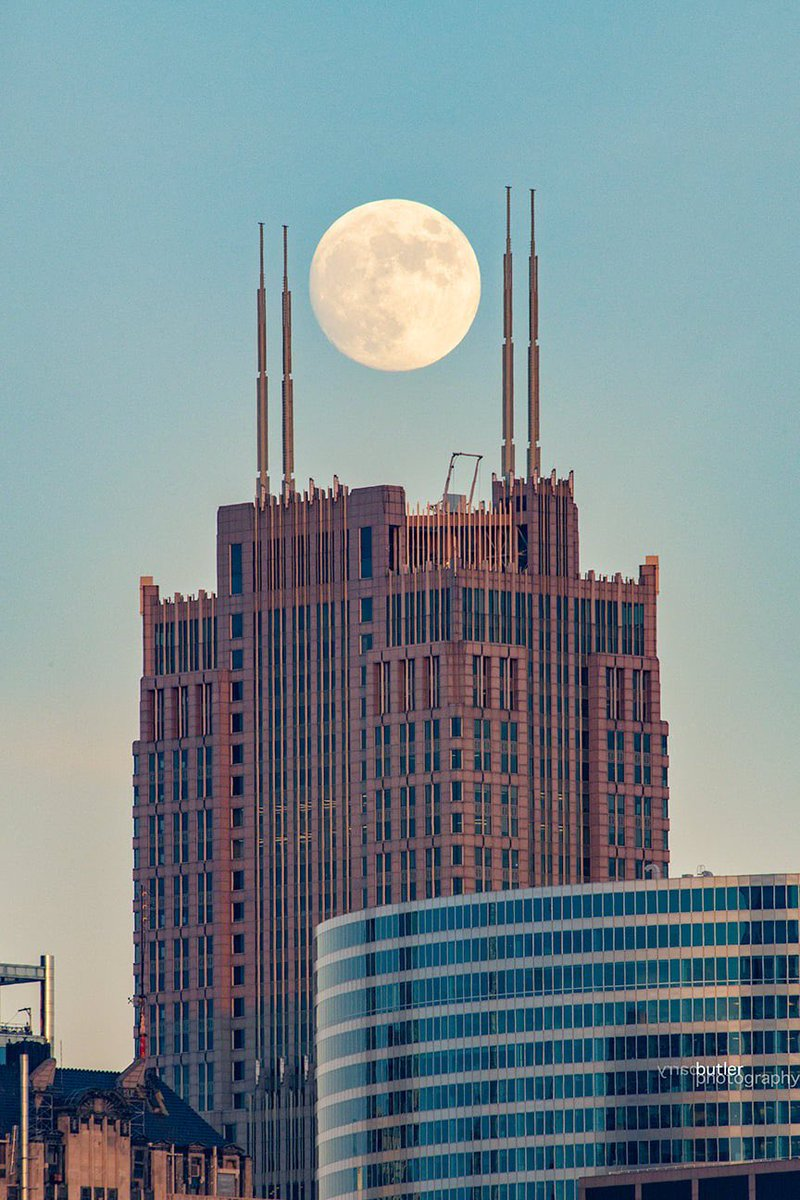 Another full moon shot (99% full) from yesterday as it places itself inside the antennas of the Franklin Center in Chicago. This was 30 minutes before I took the Sears Tower full moon shot. #weather #news #fullmoon #chicago #ilwx