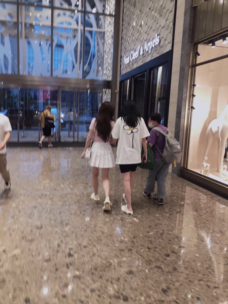this day has the most photos of them shopping together~ pic.twitter.com/bfFjJZoFwI  by Dan_35