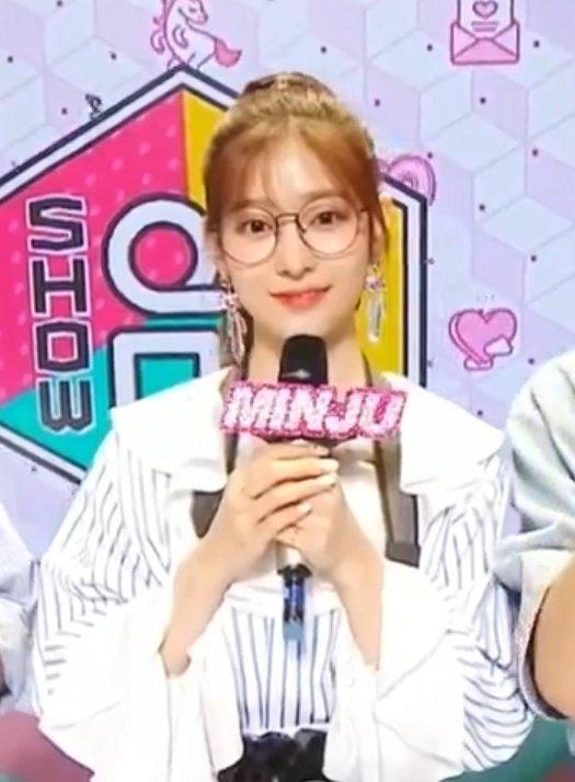 Just Kim Minjoo in glasses. thats it. thats the tweet