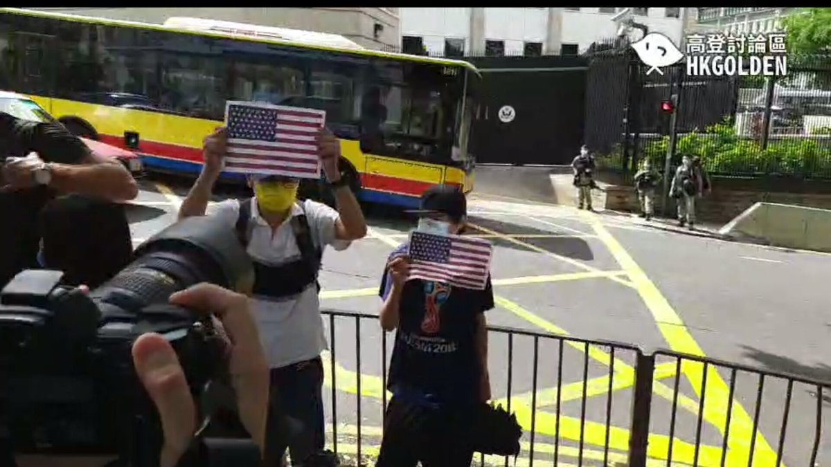 Today is Independence Day. Two men are holding American flags outside the US Embassy in Hong Kong. Not sure if holding flags of other countries would endanger CCP's security. A lot of pigs are there. Hope these two men will not be arrested for breaking the National Security Law. pic.twitter.com/ze7ZZjGQSM  by Dongguan Boy