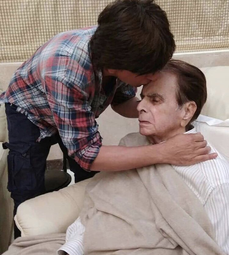 These throwback pictures of #ShahRukhKhan and #DilipKumar are all heart.
