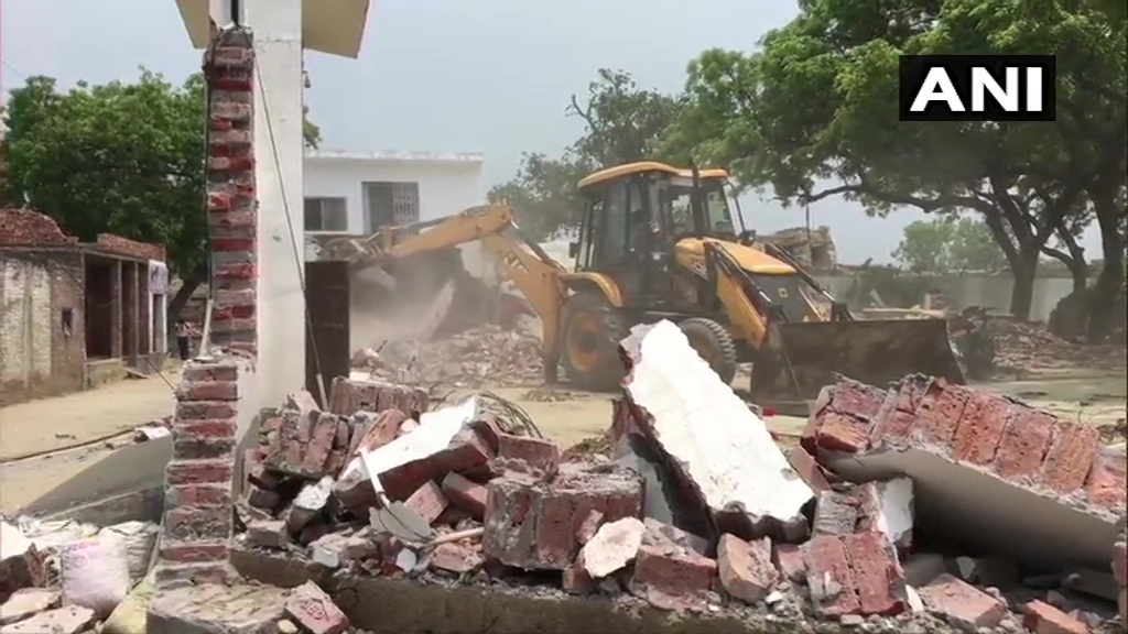 Kanpur: House of the history-sheeter Vikas Dubey, the main accused in Kanpur encounter case, being demolished by district administration. More details awaited.    8 policemen were killed in the encounter which broke out when police went to arrest him in Bikaru, Kanpur yesterday. https://t.co/gukyZZwfl9