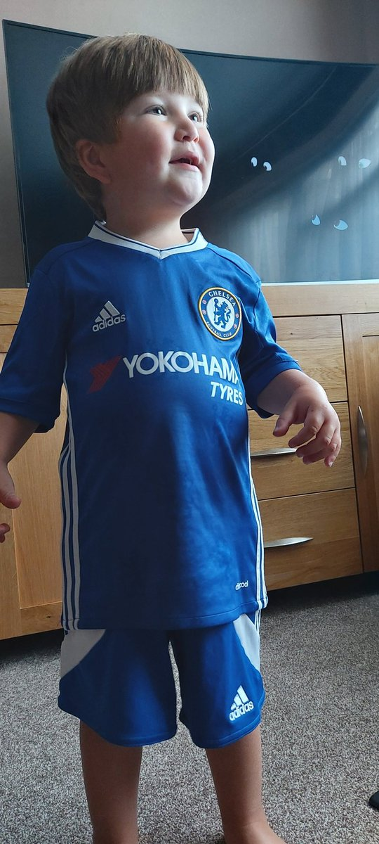 Help me !!!!  Doesn't fit our 6yr daughter ....but fits our 2 year old son !  He was chanting United united for the last few months   But now it's Chelsea Chelsea Chelsea :(:(  #ManchesterUnited  #chelsea #help https://t.co/vnwKKYAw6h