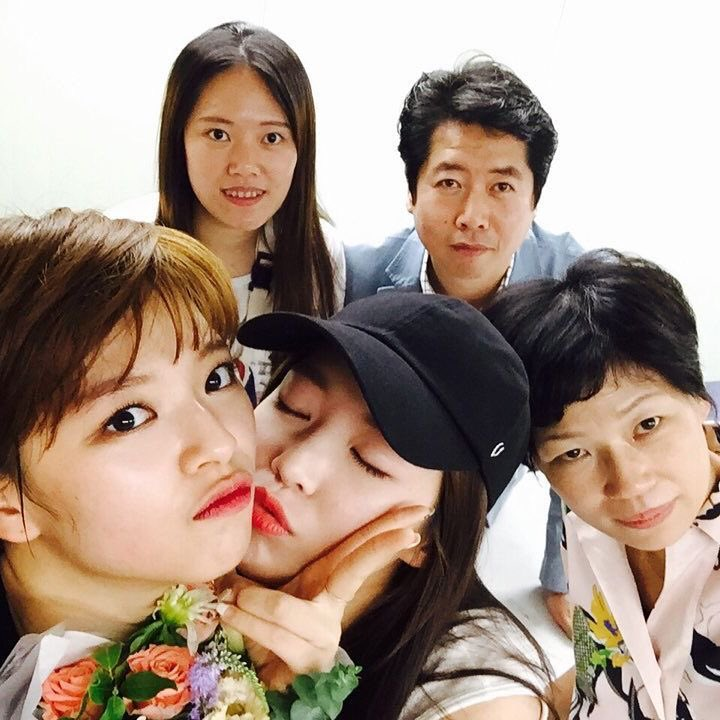 Jeongyeon's support system since day 0   @JYPETWICE  pic.twitter.com/dWypvgNLAp  by SK