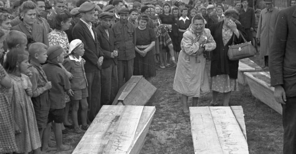 Holocaust survives returned from the death camps to their homes in city of Kielce 🇵🇱. #OTD in 1946, a medieval-like bloodliable accusing them of killing a Christian child, led to the murdering of 42 Jewish Holocaust survivors. In less than 2 years #Jews will have their own state.