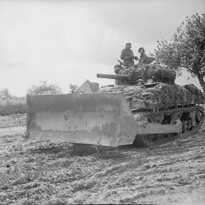 Sherman dozer tank somewhere in Normandy, 4 July 1944.  Photo: IWM B 6371  #tracesofwar #secondworldwar #ww2 #wo2 #normandy #sherman #shermantank #dozer #dday #worldwartwo #tweedewereldoorlog #ww2pictures #ww2photos #ww2history #wwii #wwiiphotos #wwiip https://t.co/ecnDcg7jwl