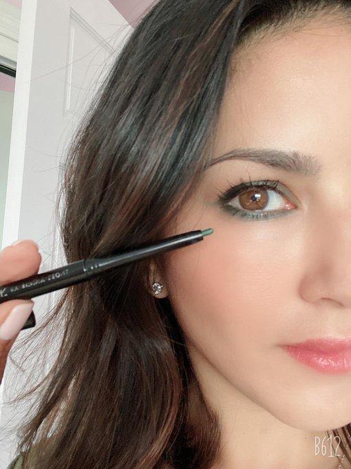 Go Green!!  Love this @starstruckbysl #Pine Eye Definer paired with #StellarEyes Volumizing Mascara 😍