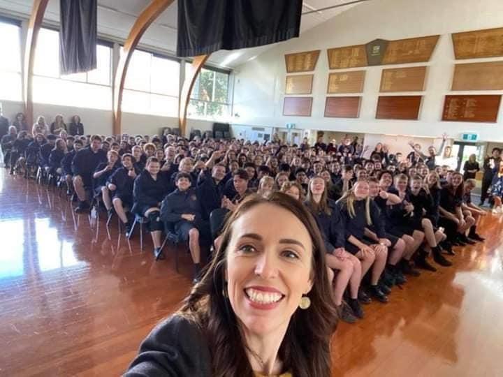 Ажил хийж буй мэт дүр эсгэсэн попууд. Ковидын үед ямар зарчмаар ажилладгийг Шинэ Зеландын ерөнхий сайдаас суралц.  Манайхтай адилхан Ковид19-г дотооддоо алдаагүй улс... Үнэхээр дотооддоо алдаагүй бол энэ худлаа дүр эсгэхээ болимоор юм https://t.co/kexlI6keSp