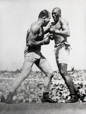 4 juillet 1910 : Jack Johnson devient le premier champion noir de l'histoire par une victoire sur mon lointain ancêtre, James J. Jeffries, le grand espoir blanc. Johnson donna de l'espoir au peuple noir au même type que Louis et Ali après lui. #BlackLivesMattters #boxe https://t.co/OxvAkhpLNk