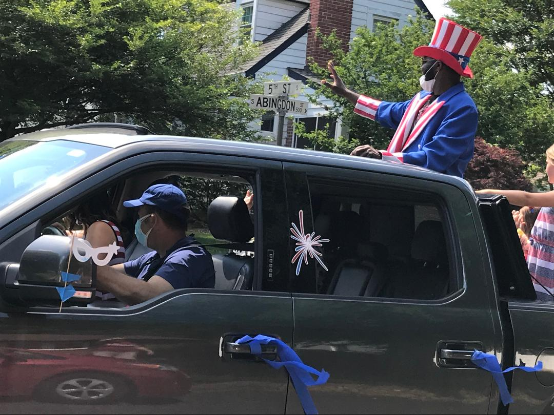 Happy 4th of July! Uncle Sam (in south Arlington today) wishes you a safe and happy holiday. Follow <a target='_blank' href='http://twitter.com/ArlingtonVA'>@ArlingtonVA</a> advice: celebrate at home! <a target='_blank' href='https://t.co/wrOEaZG4k0'>https://t.co/wrOEaZG4k0</a> <a target='_blank' href='https://t.co/wqFDOYOky6'>https://t.co/wqFDOYOky6</a>