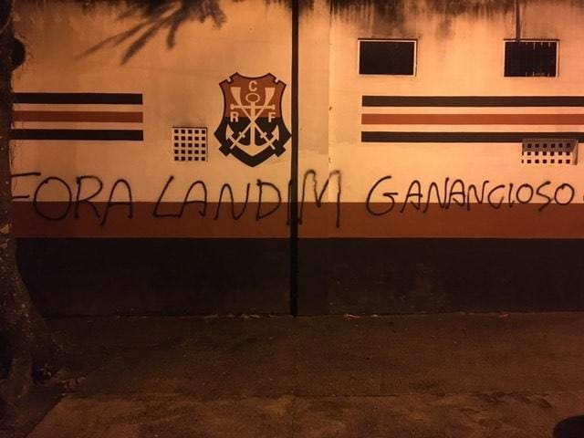 Muros da Gávea amanheceram pichados: O Flamengo é do povo e Fora Landim Ganancioso. Informação publicada primeiramente pelo amigo @MarcosCoelho. Além disso, no mundo virtual, a FlaTV já perdeu 20 mil inscritos de ontem para hoje. #ODia