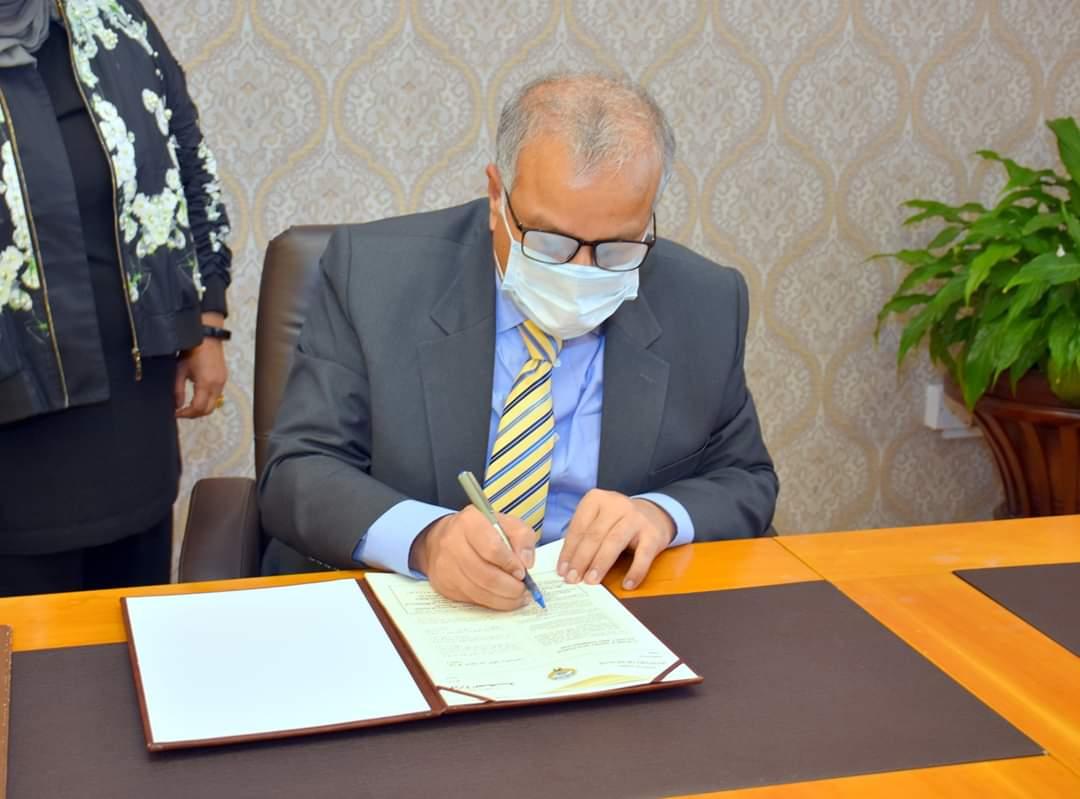 وزارت صحت کویت نے کورونا وائرس کی وباء سے نمٹنے کے لئے وزارت صحت پاکستان کے ساتھ مشترکہ تعاون کے معاہدے پر دستخط کیے ہیں۔ اس معاہدے پر وزارت صحت کویت کے انڈر سیکرٹری ڈاکٹر مصطفی رضا اور کویت میں تعینات پاکستانی سفیر سید سجاد حیدر نے دستخط کیے۔ https://t.co/1z4sEH8rnH