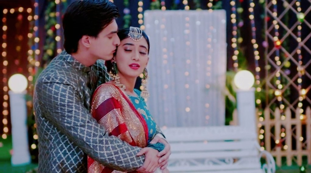 Hot enough for the screens to burn!#Kaira #Yrkkh <br>http://pic.twitter.com/6ZrP5cKxPx