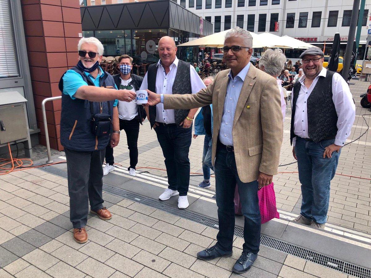 """#Gemeinsam für #Respekt, #Toleranz und ein friedliches #Miteinander! Vielen #Dank an Franz Wahl für die Initiative zu """"Opstonn un Singe"""" u.a. mit @Sibbeschuss und Willi Bellinghausen. https://t.co/tJw4jFvYS5"""