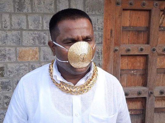 هندي يضع كمامة ذهبية بقيمة أربعة آلاف دولار للوقاية من #كورونا  #غرائب #حول_العالم #الهند https://t.co/0xB5JRx7L3 https://t.co/zJOMyNTpzC
