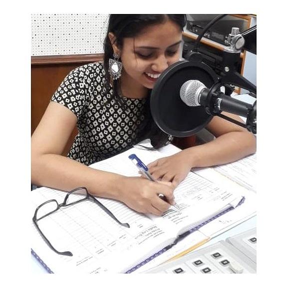 Working beauty#Throwback  . . #rjharita #radioshow #radiojockeylife #radiojockey #radiostation #radiopersonality #radiogirl #marathimulgi #talking #mumbaidiaries #mumbaikars #mumbaiartist #voiceactor #voices #voiceforthevoiceless #storytelling #storyteller #mrathistorytellerpic.twitter.com/emkKcDdPuf