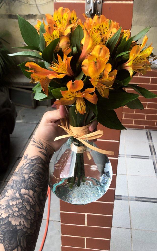 Hoje meu dia tá lindo demais... Hoje eu ganhei flores tão lindas que nem sei descrever, por isso deixei essa foro aqui!   Obrigada @intelbrasil pela parceria incrível pic.twitter.com/Az65NbN5DK