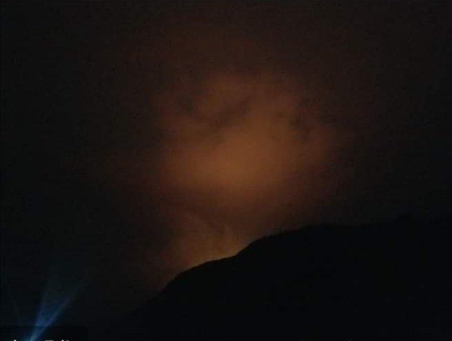 ضلع دیامر تھور شطن نالے میں دس دن سے بے قابو آگ نے ہزاروں کی تعداد میں درخت جل کر راکھ بن چکے ہیں مزید تباہی سے بچنے کے لیےحکومت اور  پاک ارمی  سےمدد کی درخواست کی جاتی ہے  @DCDiamer  @HomeDeptGB  @RandhawaAli  @aminattock  #Gilgitbaltistan https://t.co/CI72XoCnFK