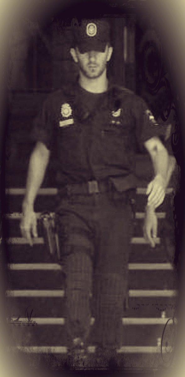 10 años hace de esta foto (apareció en prensa). Hoy, con más canas y menos juventud, estoy aún más orgulloso de aquel pasado, aquella unidad y aquellos compañeros.  #SemperFidelis #SomosUIP #Policía #Security #ServirYProteger #IIIUIP #UIP #riotpolice #riot #Police https://t.co/qzsN715Ck6