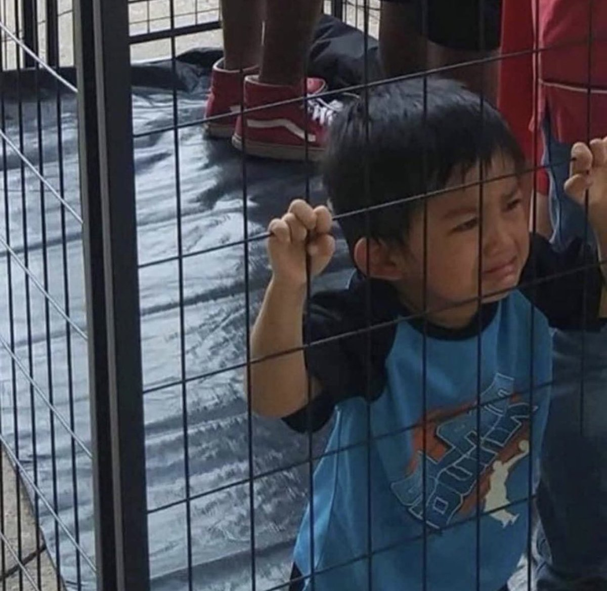 """""""Land of the free """" Yeah let's just forget the fact that people are in cages ;)  #WhatAreYouCelebrating #ice https://t.co/6ZieOc1rCd"""